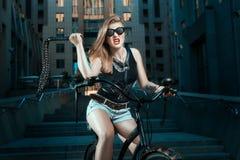 Kobieta z batem na bicyklu Zdjęcia Royalty Free