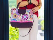 Kobieta z batikową torbą Obrazy Stock
