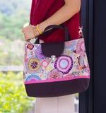 Kobieta z batikową torbą Fotografia Royalty Free