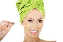 Kobieta z bawełna pączkiem w ucho Fotografia Stock