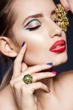 Kobieta z biżuterią zdjęcia stock