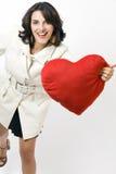 Kobieta z białym żakietem z czerwonym sercem fotografia royalty free