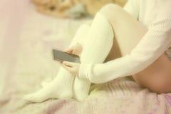 Kobieta z białymi pończochami w łóżku Obraz Royalty Free