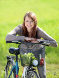 Kobieta z bicyklem Obrazy Royalty Free