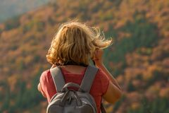 Kobieta z blondynów stojakami w jesień lesie fotografia stock