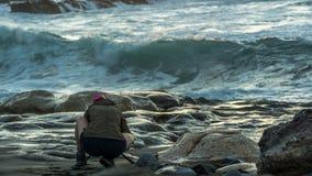 Kobieta z blondynem stoi na plaży zdjęcia stock