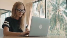 Kobieta z blondynka w?osy pisa? na maszynie na jej laptopie na w?rodku s?onecznego dnia Freelance poj?cie zbiory