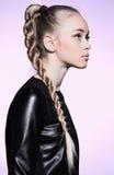 Kobieta z blondynka włosy pleceniem w profilu Obrazy Royalty Free