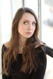 Kobieta z Brown włosy i Pięknymi niebieskimi oczami Obraz Stock