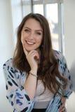 Kobieta z Brown włosy i Pięknymi niebieskimi oczami Obrazy Stock