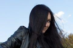 Kobieta z brunetka długim włosy Zdjęcia Royalty Free