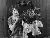 Kobieta z bukietem kwiaty (Wszystkie persons przedstawiający no są długiego utrzymania i żadny nieruchomość istnieje Dostawca gwa Zdjęcia Royalty Free
