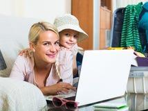 Kobieta z córki planowania wakacje Zdjęcia Stock