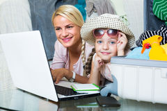 Kobieta z córki planowania wakacje Obraz Stock