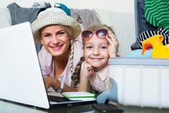 Kobieta z córki planowania wakacje Obrazy Royalty Free