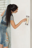 Kobieta z cementową kielnią obraz royalty free