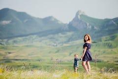 Kobieta z chłopiec w tle góry troszkę Obraz Royalty Free
