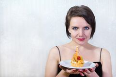 Kobieta z cheesecake Obrazy Stock