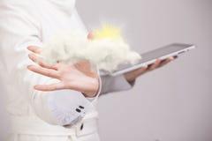 Kobieta z chmurą i słońcem Pojęcie na temacie komputer chmury usługa Zdjęcia Royalty Free