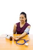 Kobieta z ciśnienie krwi testem zdjęcie royalty free
