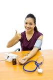 Kobieta z ciśnienie krwi testem obraz stock