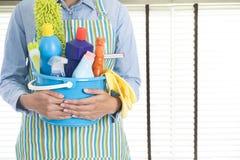 Kobieta z cleaning wyposażeniem przygotowywającym czyścić dom obraz royalty free