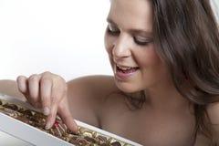 Kobieta z cukierku pudełkiem Obraz Royalty Free