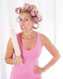 Kobieta z curlers i toczną szpilką zdjęcie stock