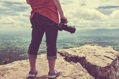 Kobieta z cyfrową kamerą przy widoku punktem na górze Podróży życie Zdjęcie Stock