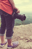 Kobieta z cyfrową kamerą przy widoku punktem na górze Podróży życie Fotografia Stock