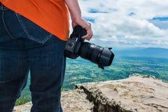 Kobieta z cyfrową kamerą przy widoku punktem na górze Podróży życie Zdjęcia Royalty Free