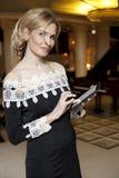 Kobieta z Cyfrowej pastylką obrazy royalty free