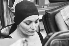 Kobieta Z Czarnym szalikiem I Uzupełniał Fotografia Stock