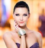 Kobieta z czerni makeup i gwoździami zdjęcie stock