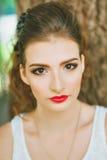 Kobieta z czerwoną pomadką i barwiony makeup, portret w naturze Patrzeć kamerę Obraz Royalty Free
