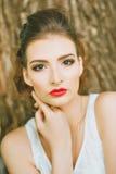 Kobieta z czerwoną pomadką i barwiony makeup, portret w naturze Patrzeć kamerę Obrazy Stock