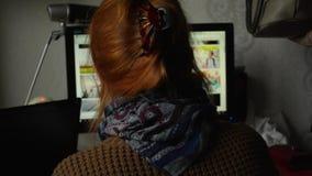 Kobieta z czerwoną włosianą wyszukuje akcyjną fotografii stroną internetową, opowiadać stawiającymi i zdjęcie wideo