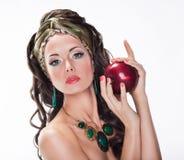 Kobieta z Czerwony Apple - Zdrowotny jedzenie zdjęcie royalty free