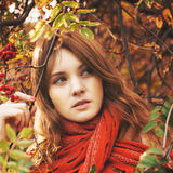 Kobieta z czerwonym włosy i szalikiem Fotografia Royalty Free