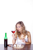 Kobieta z czerwonym winem i serem Fotografia Royalty Free