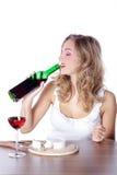 Kobieta z czerwonym winem i serem Zdjęcia Royalty Free