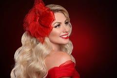 Kobieta z czerwonymi wargami w eleganckim kapeluszu nad ciemnym tłem Beautif fotografia royalty free