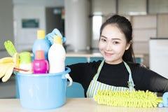 Kobieta z czyści wyposażeniem gotowym czyścić dom lub biuro obrazy stock