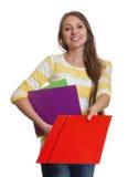Kobieta z długim brown włosy daje czerwonej kartotece Zdjęcia Royalty Free