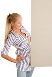 Kobieta z deskowym sztandarem Obrazy Stock