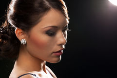 Kobieta z diamentowymi kolczykami zdjęcie stock