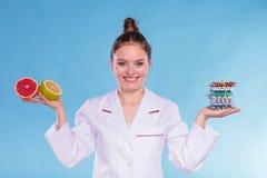 Kobieta z dieta ciężaru straty grapefruits i pigułkami fotografia stock