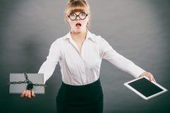 Kobieta z dokumentem i pastylką Cyfrowy magazyn Obrazy Royalty Free