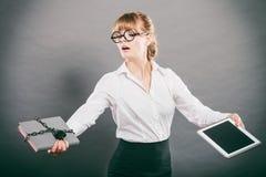 Kobieta z dokumentem i pastylką Cyfrowy magazyn Obraz Royalty Free