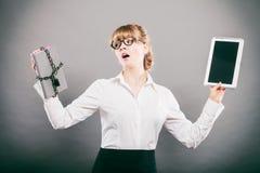 Kobieta z dokumentem i pastylką Cyfrowy magazyn Obrazy Stock